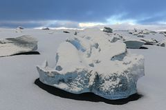 Όμορφος βράχος πάγου, κρύος χειμώνας σημείο της Ισλανδίας Λικνίζει το α στοκ εικόνες