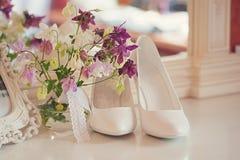 όμορφος γάμος Μοντέρνα και μοντέρνα κεραμίδια ζωνών νυφών παπουτσιών λεπτά λουλούδια Στοκ Εικόνες