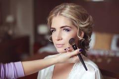 Όμορφος γάμος νυφών χαμόγελου με το makeup και hairstyle styli στοκ εικόνα