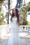 όμορφος γάμος φορεμάτων ν&ups υπαίθρια φωτογραφία μόδας προκλητικού Στοκ Εικόνα