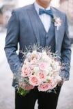 Όμορφος γάμος bouqet στα χέρια Στοκ Εικόνες