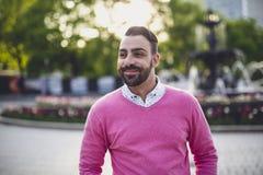Όμορφος γενειοφόρος νεαρός άνδρας υπαίθρια στο αστικό περιβάλλον Στοκ φωτογραφίες με δικαίωμα ελεύθερης χρήσης
