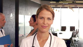 Όμορφος γιατρός που χαμογελά στη κάμερα φιλμ μικρού μήκους