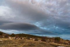Όμορφος γκρίζος δραματικός ουρανός με το βουνό στο υπόβαθρο Ρωσία, Stary Krym Στοκ Φωτογραφία