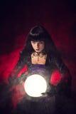 Όμορφος γοτθικός αφηγητής τύχης ύφους με μια σφαίρα κρυστάλλου στοκ εικόνες