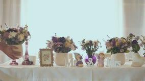 Όμορφος διακοσμητικός πίνακας με τα λουλούδια στο γάμο απόθεμα βίντεο