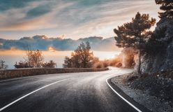 Όμορφος δρόμος ασφάλτου στα βουνά το βράδυ στοκ φωτογραφία με δικαίωμα ελεύθερης χρήσης