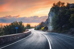 Όμορφος δρόμος ασφάλτου στα βουνά το βράδυ στοκ εικόνες