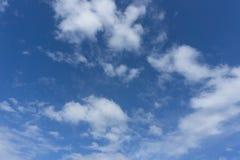 Όμορφος ειδυλλιακός μπλε ουρανός με το σύννεφο Στοκ φωτογραφίες με δικαίωμα ελεύθερης χρήσης