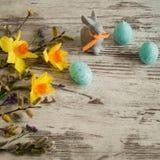 όμορφος λεκές διακοπών αυγών Πάσχας ανασκόπησης Λίγο λαγουδάκι Πάσχας σε ένα άσπρο υπόβαθρο Στοκ φωτογραφίες με δικαίωμα ελεύθερης χρήσης