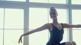 Όμορφος εκφραστικός χορευτής μπαλέτου που χορεύει στο στούντιο Βλαστός φωτογραφιών καπνού Όμορφο ballerina μικρών κοριτσιών στο ρ απόθεμα βίντεο