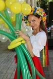 Όμορφος εμψυχωτής ηθοποιών κοριτσιών στο εθνικό ουκρανικό κοστούμι Στοκ φωτογραφία με δικαίωμα ελεύθερης χρήσης