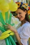 Όμορφος εμψυχωτής ηθοποιών κοριτσιών στο εθνικό ουκρανικό κοστούμι Στοκ εικόνα με δικαίωμα ελεύθερης χρήσης