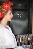 Όμορφος εμψυχωτής ηθοποιών κοριτσιών στο εθνικό ουκρανικό κοστούμι Στοκ Φωτογραφία