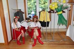 Όμορφος εμψυχωτής ηθοποιών κοριτσιών στο εθνικό ουκρανικό κοστούμι Στοκ εικόνες με δικαίωμα ελεύθερης χρήσης
