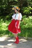 Όμορφος εμψυχωτής ηθοποιών κοριτσιών στο εθνικό ουκρανικό κοστούμι Στοκ Εικόνα