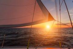 Όμορφος εν πλω πυροβολισμός ηλιοβασιλέματος μέσω των ξαρτιών μιας πλέοντας βάρκας γιοτ αθλητισμός Στοκ Εικόνα