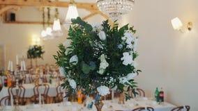 Όμορφος εξυπηρετώντας έξοχος γαμήλιος πίνακας στο έξοχο συμπόσιο φιλμ μικρού μήκους