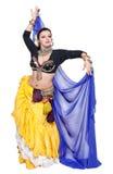 Όμορφος εξωτικός φυλετικός χορευτής κοιλιών με την μπλε γυναίκα σαλιών στοκ εικόνα