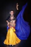 Όμορφος εξωτικός φυλετικός χορευτής κοιλιών με την μπλε γυναίκα σαλιών στοκ φωτογραφίες