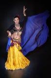 Όμορφος εξωτικός φυλετικός χορευτής κοιλιών με την μπλε γυναίκα σαλιών στοκ φωτογραφίες με δικαίωμα ελεύθερης χρήσης
