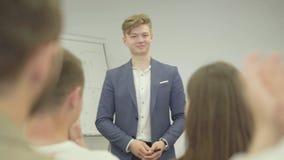 Όμορφος επιτυχής επιχειρηματίας πορτρέτου που παρουσιάζει το νέο πρόγραμμα στους συνεργάτες με το διάγραμμα κτυπήματος Δόσιμο αρχ απόθεμα βίντεο