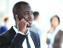 Όμορφος επιχειρηματίας αφροαμερικάνων που μιλά στο κινητό τηλέφωνο Στοκ Εικόνες