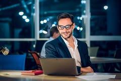 Όμορφος επιχειρηματίας με το lap-top που λειτουργεί latenight Στοκ εικόνες με δικαίωμα ελεύθερης χρήσης