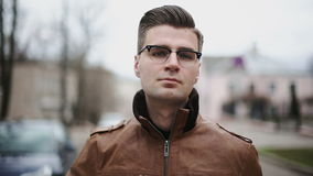 Όμορφος επιχειρηματίας που βάζει τα γυαλιά επάνω φιλμ μικρού μήκους
