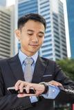 Όμορφος επιχειρηματίας που εξετάζει το ρολόι του Στοκ φωτογραφία με δικαίωμα ελεύθερης χρήσης