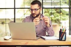 Όμορφος επιχειρηματίας που εξετάζει το lap-top του Στοκ εικόνα με δικαίωμα ελεύθερης χρήσης