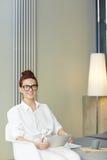 Όμορφος επιχειρηματίας που εργάζεται από το σπίτι Στοκ φωτογραφίες με δικαίωμα ελεύθερης χρήσης