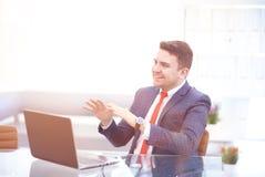 Όμορφος επιχειρηματίας που εργάζεται με το lap-top στην αρχή Στοκ φωτογραφία με δικαίωμα ελεύθερης χρήσης