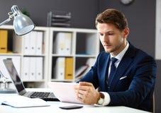 Όμορφος επιχειρηματίας που εργάζεται με το lap-top Στοκ Φωτογραφίες