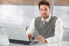 Όμορφος επιχειρηματίας που εργάζεται στο lap-top Στοκ Φωτογραφία