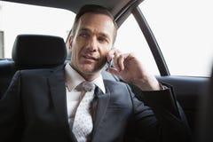 Όμορφος επιχειρηματίας που κάνει ένα τηλεφώνημα Στοκ Φωτογραφία