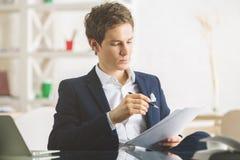 Όμορφος επιχειρηματίας που κάνει τη γραφική εργασία Στοκ Εικόνες