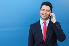 Όμορφος επιχειρηματίας που καλεί τηλεφωνικώς απομονωμένος Στοκ φωτογραφίες με δικαίωμα ελεύθερης χρήσης