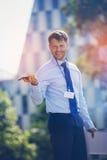 Όμορφος επιχειρηματίας που κρατά το κινητά τηλέφωνο και το lap-top Στοκ Εικόνες