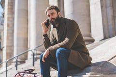Όμορφος επιχειρηματίας που μιλά σε ένα κινητό τηλέφωνο Περιστασιακός επαγγελματικός επιχειρηματίας που χρησιμοποιεί το smartphone Στοκ Εικόνες