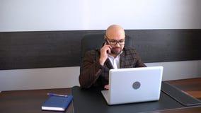 Όμορφος επιχειρηματίας που μιλά στο τηλέφωνο Τηλεφωνική συζήτηση, νεαρός άνδρας στην εργασία φιλμ μικρού μήκους