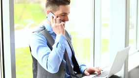 Όμορφος επιχειρηματίας που μιλά στο τηλέφωνο απόθεμα βίντεο