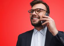 Όμορφος επιχειρηματίας που μιλά στο τηλέφωνο στοκ φωτογραφία με δικαίωμα ελεύθερης χρήσης