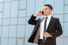 Όμορφος επιχειρηματίας που μιλά στο τηλέφωνό του υπαίθρια Στοκ φωτογραφίες με δικαίωμα ελεύθερης χρήσης