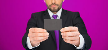 Όμορφος επιχειρηματίας που παρουσιάζει κενή επαγγελματική κάρτα Στοκ Φωτογραφία