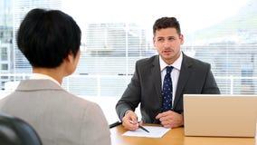 Όμορφος επιχειρηματίας που πραγματοποιεί μια συνέντευξη με τη επιχειρηματία απόθεμα βίντεο