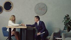 Όμορφος επιχειρηματίας που φλερτάρει με το συνάδελφο στην εργασία απόθεμα βίντεο