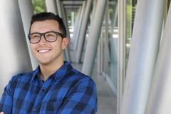 Όμορφος επιχειρηματίας που φορά eyeglasses με το διάστημα αντιγράφων στοκ φωτογραφία με δικαίωμα ελεύθερης χρήσης