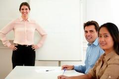 Όμορφος επιχειρηματίας που χαμογελά και που εξετάζει σας Στοκ φωτογραφία με δικαίωμα ελεύθερης χρήσης