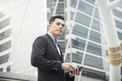 Όμορφος επιχειρηματίας που χρησιμοποιεί το κινητό τηλέφωνο Επικοινωνία έννοιας στοκ εικόνες με δικαίωμα ελεύθερης χρήσης